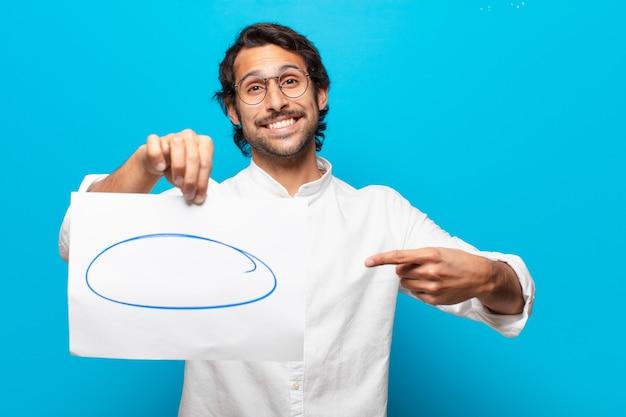 Jovem empresário indiano mostrando uma folha de papel para comentários
