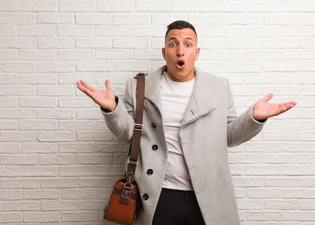 Jovem empresário latino surpreso e chocado