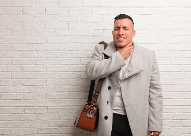 Jovem empresário latino tossindo, doente devido a um vírus ou infecção