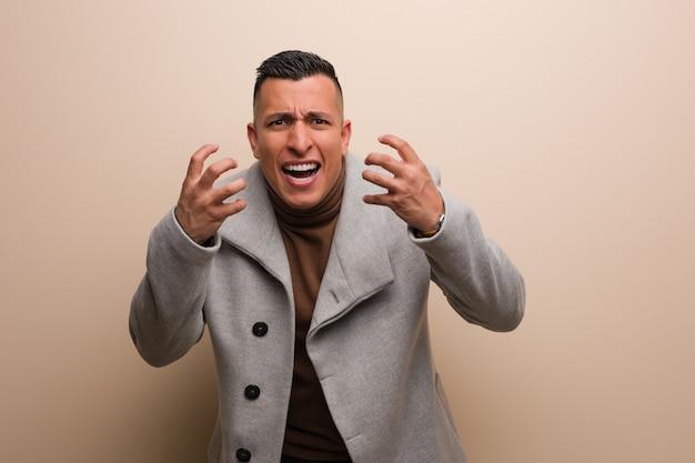 Jovem empresário latino zangado e chateado