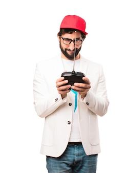 Jovem empresário louco com controle remoto