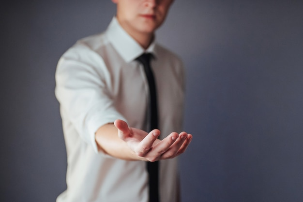 Jovem empresário, mostrando as mãos vazias