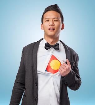Jovem empresário mostrando um alvo sob a camisa