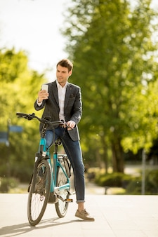 Jovem empresário na ebike faz selfie fotografia com telefone móvel