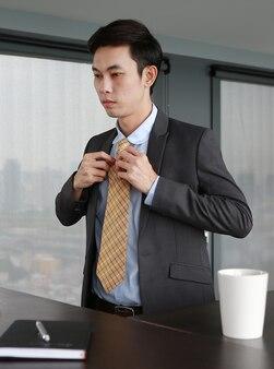 Jovem empresário na mesa e vestindo terno