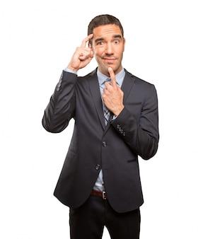 Jovem empresário perplexo fazendo um gesto de dúvida