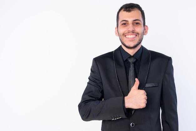Jovem empresário persa barbudo vestindo terno isolado