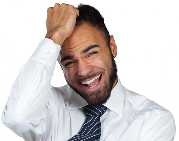 Jovem empresário preto com dor de cabeça, isolado no fundo branco