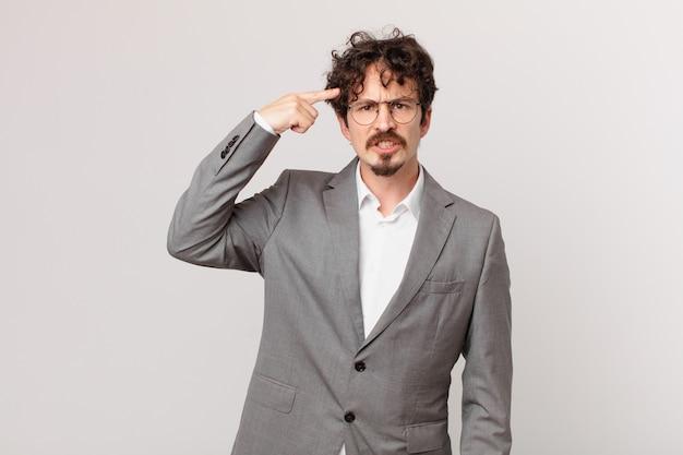Jovem empresário se sentindo confuso e perplexo, mostrando que você é louco