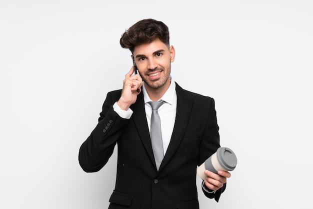 Jovem empresário segurando café para levar sobre fundo branco isolado