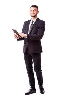 Jovem empresário segurando um tablet digital, isolado na parede branca