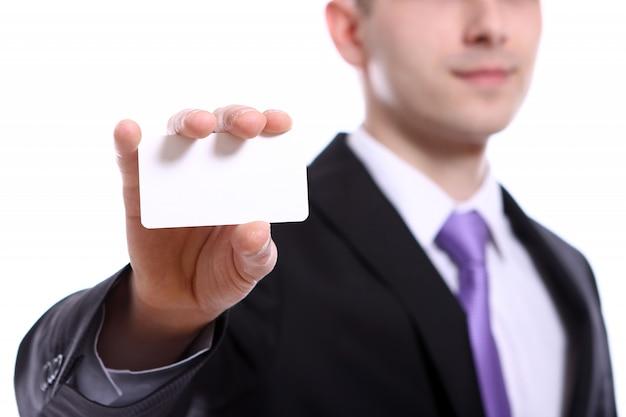 Jovem empresário segurando vazio em branco