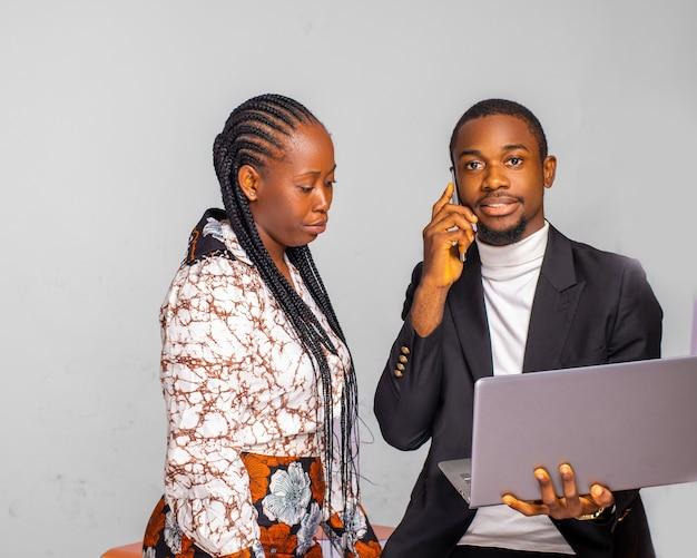 Jovem empresário sorridente falando ao telefone