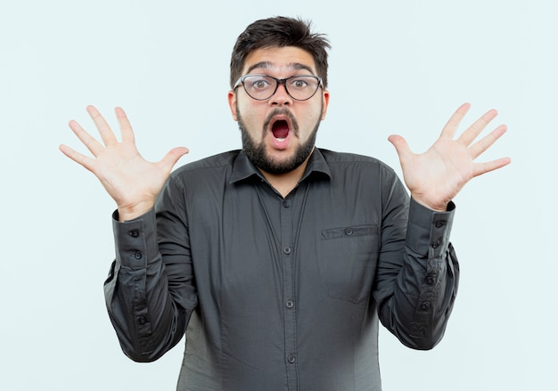 Jovem empresário surpreso de óculos com as mãos isoladas no branco