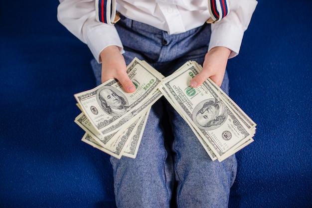 Jovem empresário tem dinheiro em suas mãos, americano cem dólares em dinheiro. americano cem dólares em dinheiro.