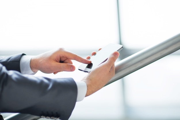 Jovem empresário trabalhando com dispositivos modernos computador tablet digital e telefone celular