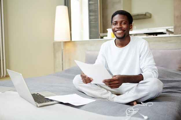Jovem empresário trabalhando em casa