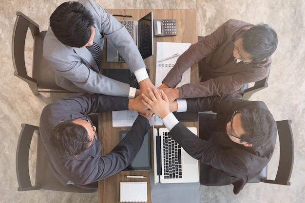 Jovem empresário, unir a mão, equipe de negócios, tocando as mãos juntas