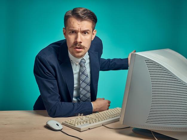 Jovem empresário usando computador no escritório