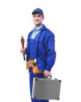 Jovem encanador segurando uma chave inglesa isolada no branco