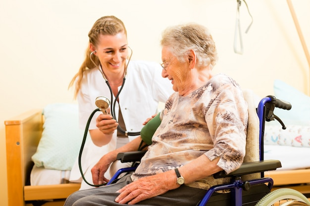 Jovem, enfermeira, e, femininas, sênior, em, lar de idosos