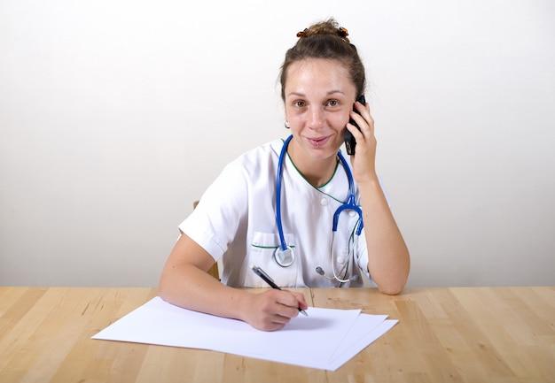 Jovem enfermeira trabalhando em seu escritório