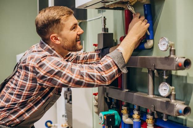 Jovem engenheiro ajustando aquecimento autônomo