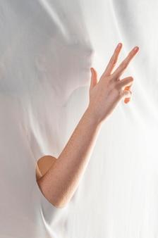 Jovem ensinando língua de sinais