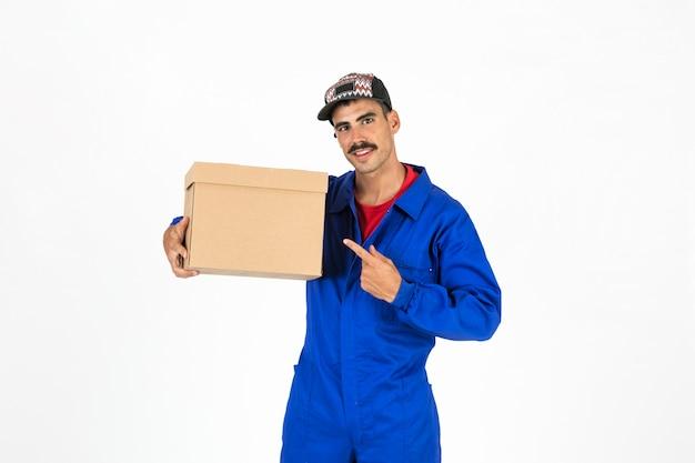 Jovem entregador com caixa