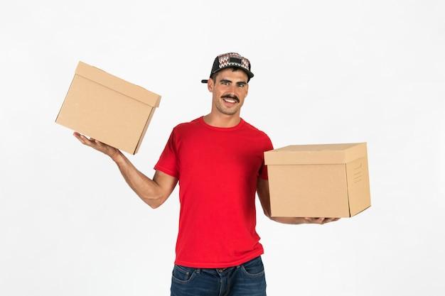 Jovem entregador com caixas