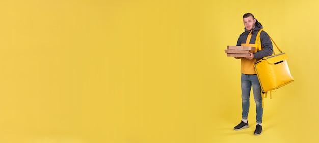 Jovem entregador de comida com um casaco amarelo