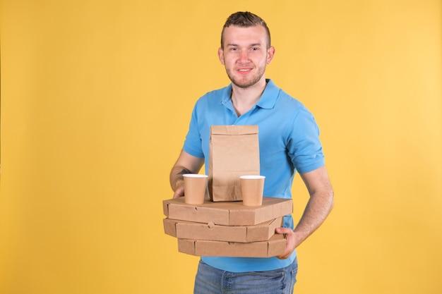 Jovem entregador de comida de camiseta azul
