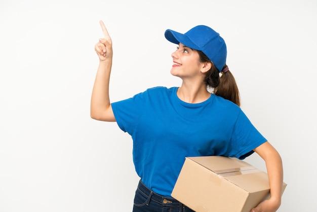 Jovem entregador isolado branco apontando com o dedo indicador uma ótima idéia