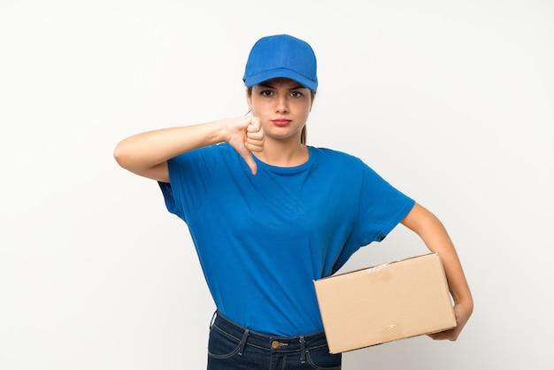 Jovem entregador isolado branco mostrando o polegar para baixo sinal
