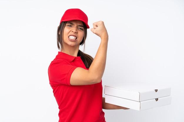 Jovem entregadora de pizza em um fundo branco isolado fazendo um gesto forte