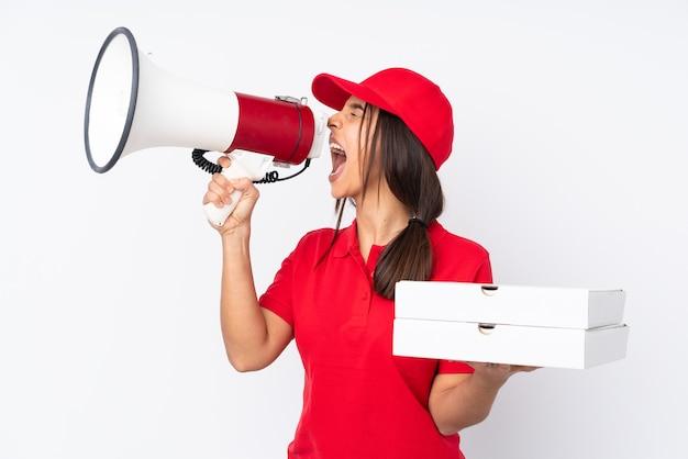 Jovem entregadora de pizza em um fundo branco isolado gritando em um megafone