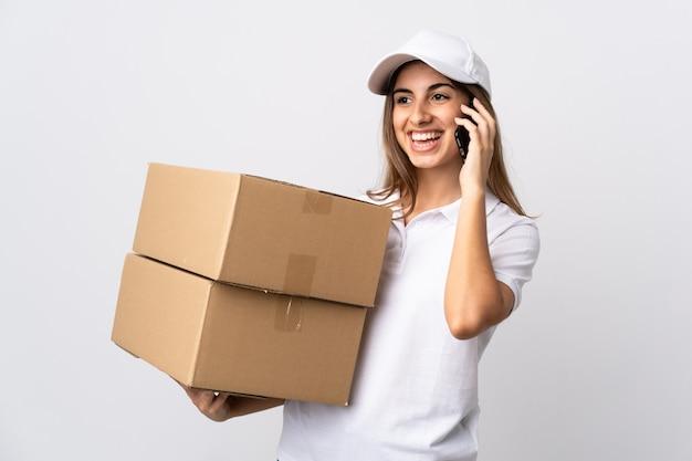 Jovem entregadora segurando caixas