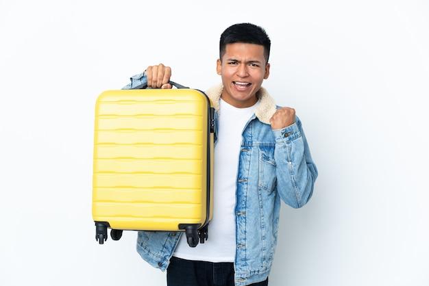 Jovem equatoriano isolado no fundo branco de férias com mala de viagem