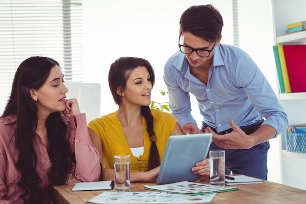 Jovem equipe criativa tendo uma reunião no escritório casual