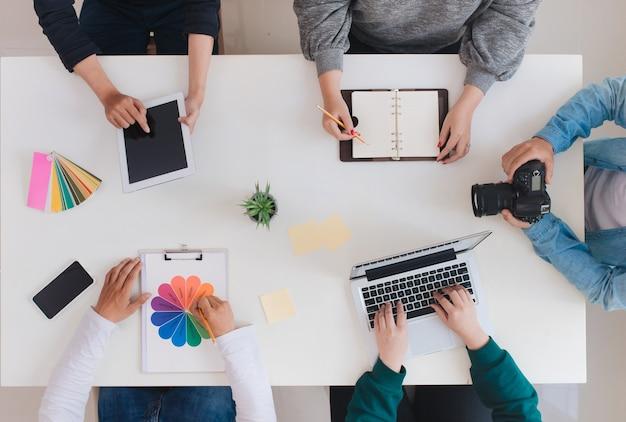 Jovem equipe criativa tendo uma reunião no escritório criativo - conceitos de trabalho em equipe.