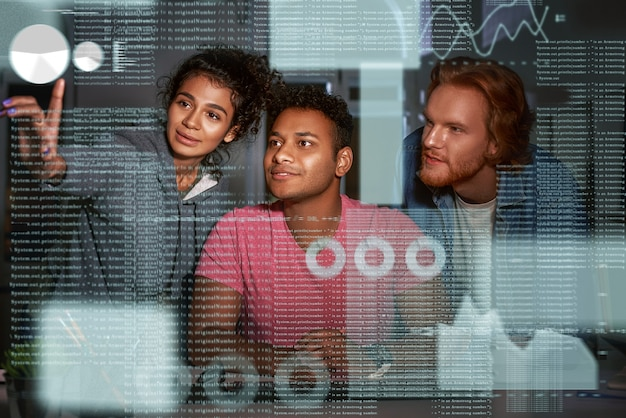 Jovem equipe de analistas de dados está passando por fluxos de dados intermináveis
