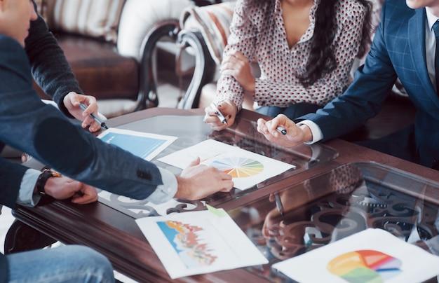 Jovem equipe de colegas de trabalho fazendo grandes discussões de negócios no escritório moderno de coworking. conceito de pessoas do trabalho em equipe