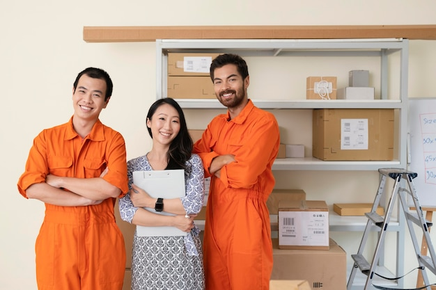 Jovem equipe de entrega ao lado de prateleiras cheias de pacotes