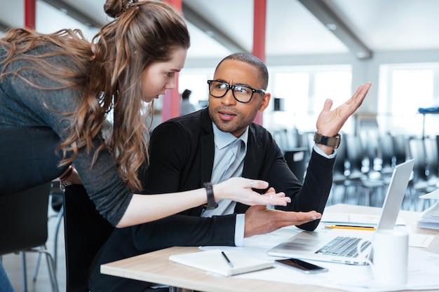 Jovem equipe de negócios trabalhando com um novo laptop de projeto de inicialização no escritório