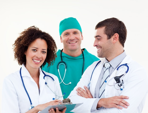 Jovem equipe feliz de médicos
