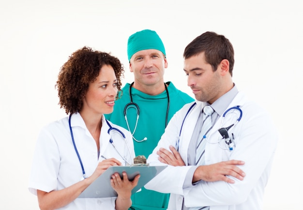 Jovem equipe médica em discussão contra um fundo branco