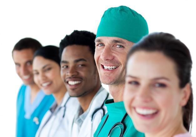 Jovem equipe médica internacional sorrindo para a câmera