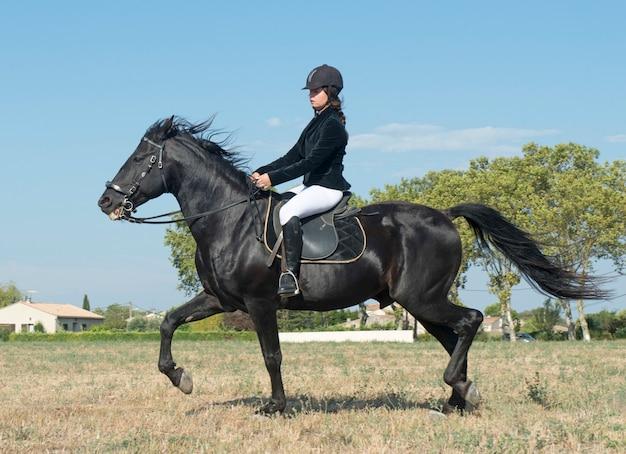 Jovem equitação menina