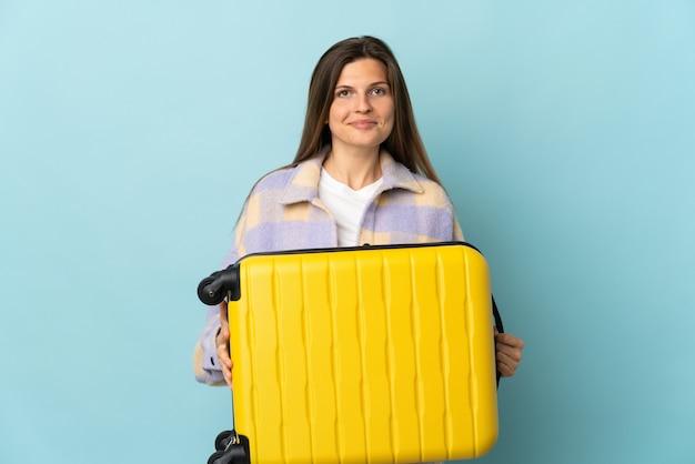 Jovem eslovaca isolada em férias com mala de viagem