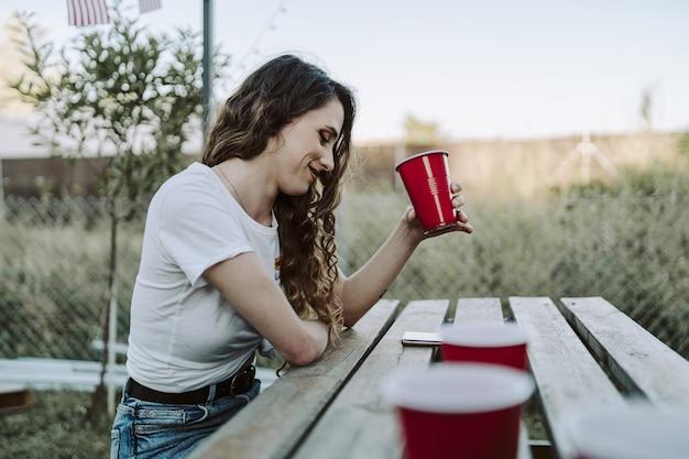 Jovem espanhola bebendo no parque durante